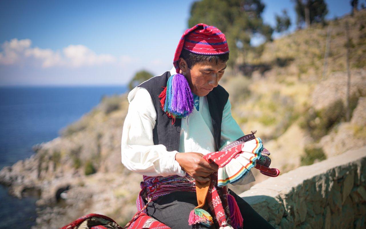 Péruvien en train de tisser a Taquile au Pérou