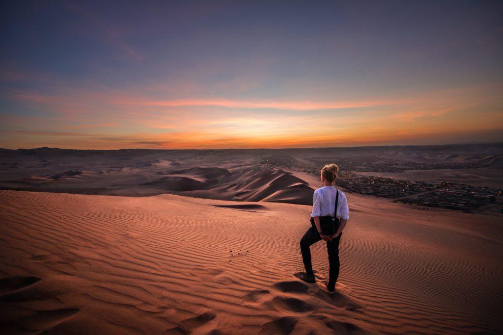 Voyageuse dans le désert de Ica au Pérou