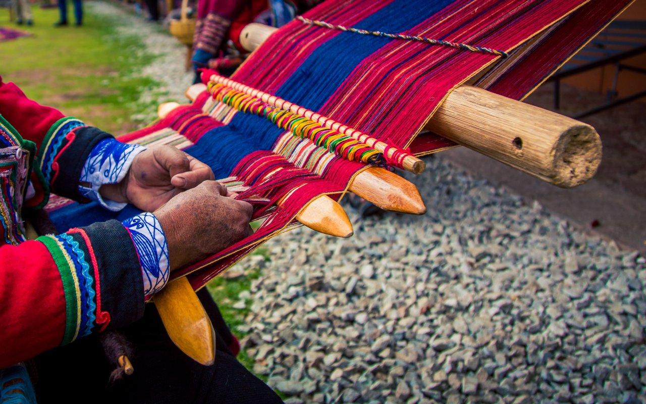 Artisan péruvien entrain de tisser