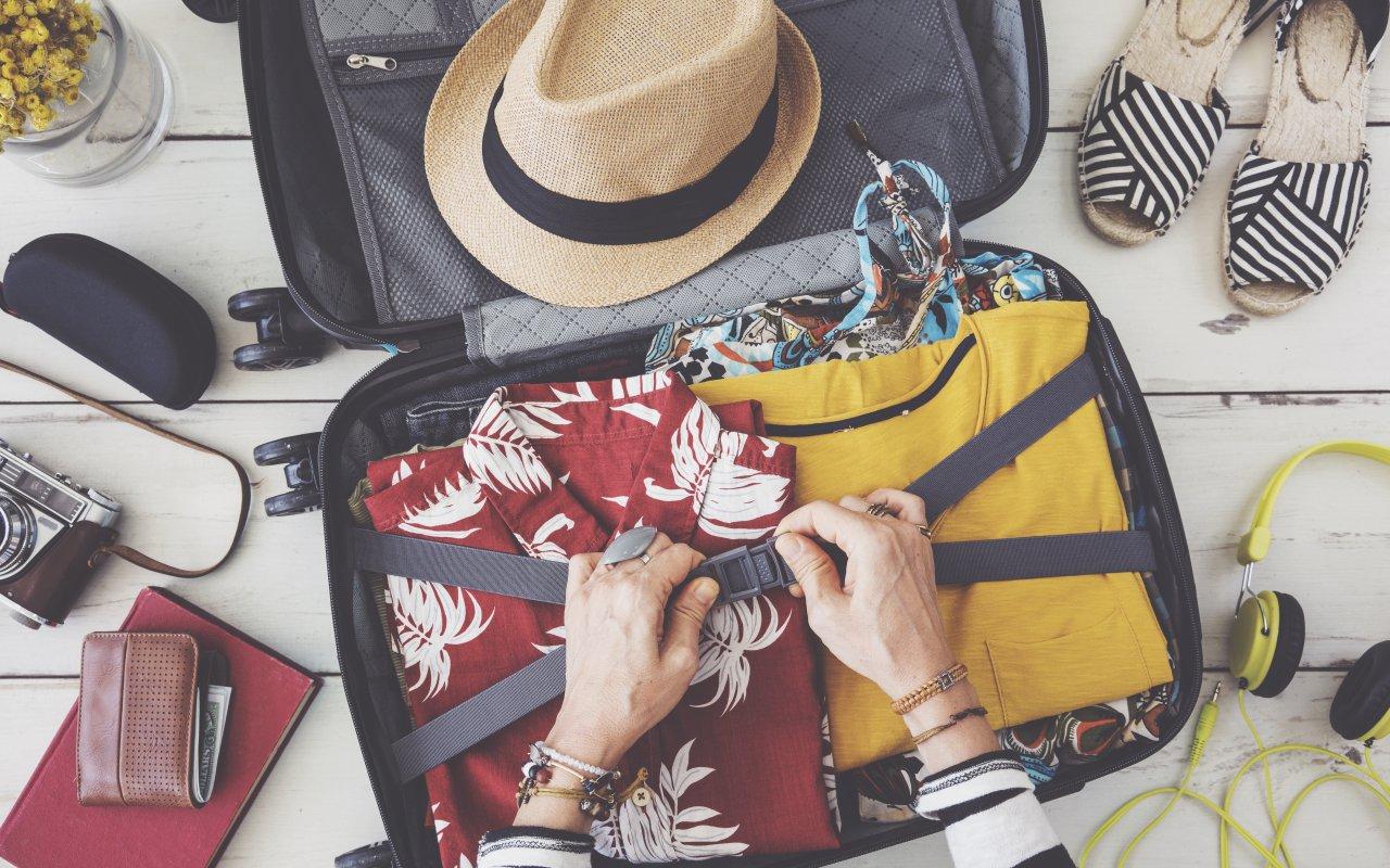 Une personne en train de préparer ses bagages