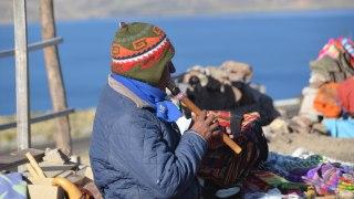 Péruvien qui joue de la flûte de pan