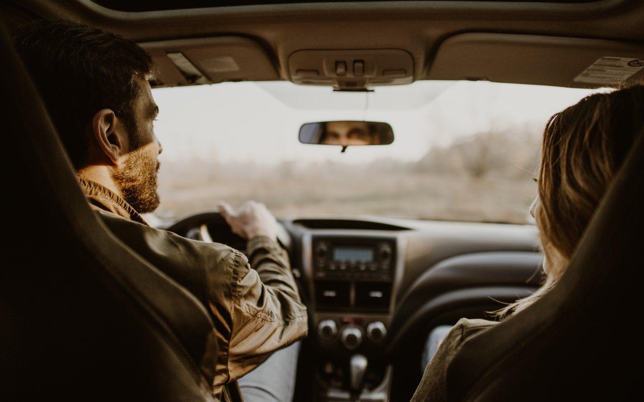Couple en train de conduire