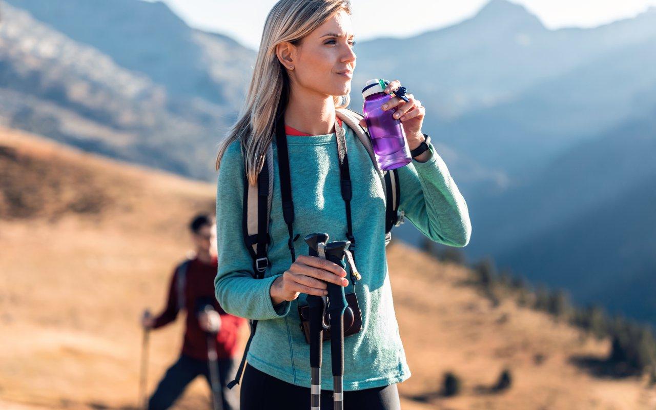 Une jeune femme en train de faire du trekking au Pérou