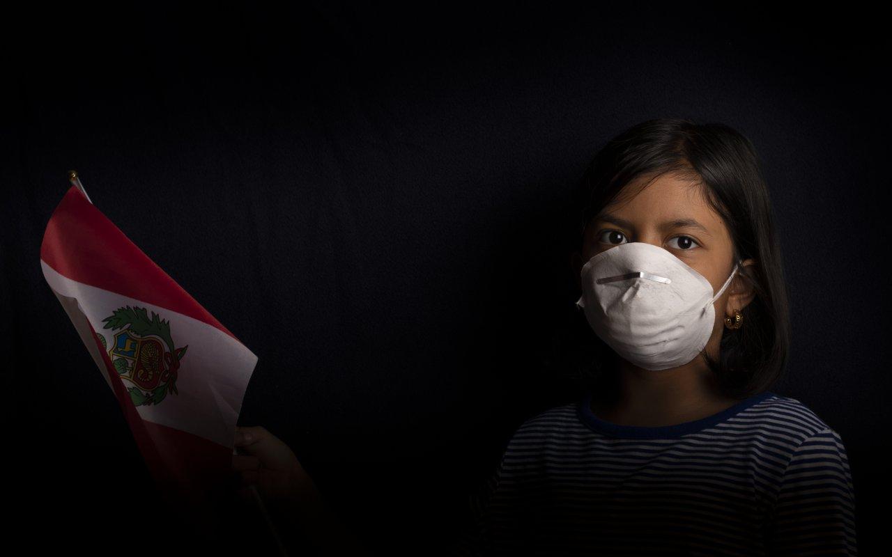 Petite fille péruvienne portant un masque contre le coronavirus