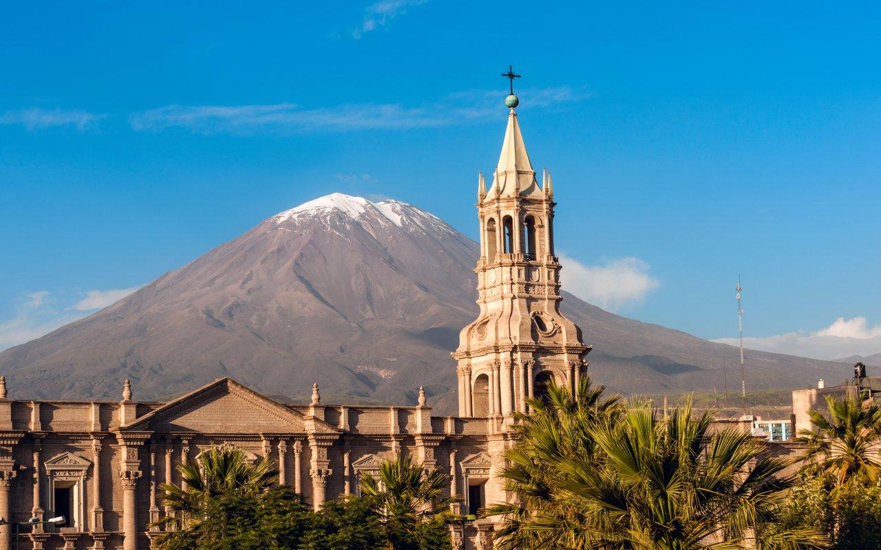 Eglise et volcan Misti a Arequipa au Pérou