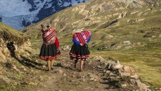 Femmes en tenues traditionnelles dans les Andes