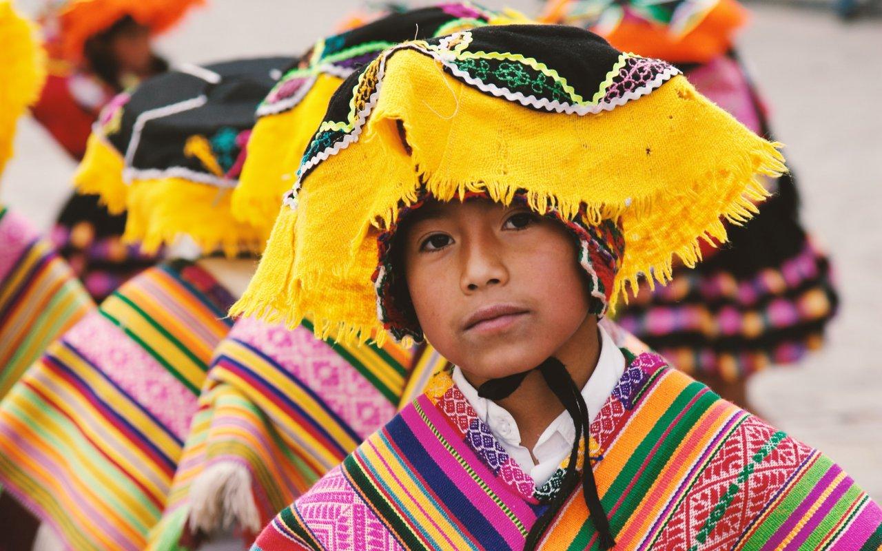 Enfant péruvien en tenue traditionelle