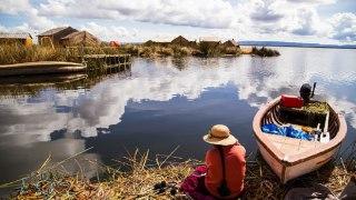 Femme assise au bord du Lac Titicaca