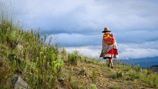 Femme péruvienne qui marche dans la Cordillère Blanche