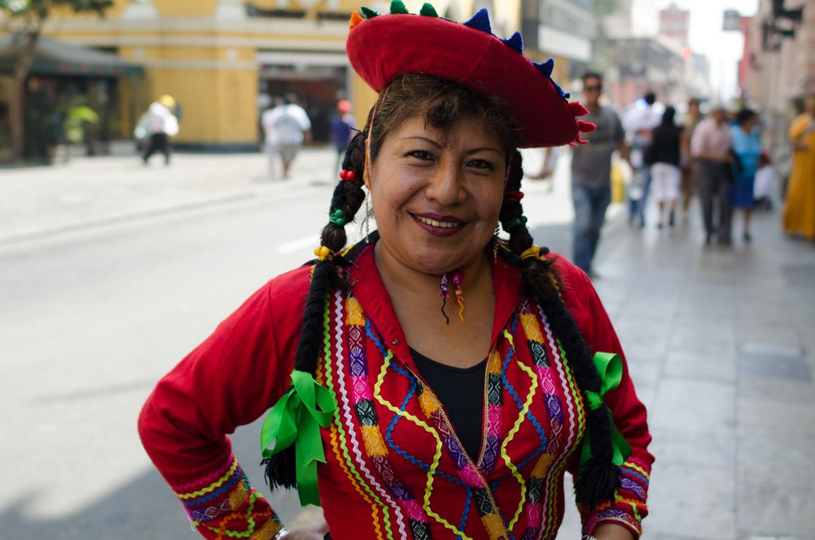 Femme péruvienne en tenue traditionnelle