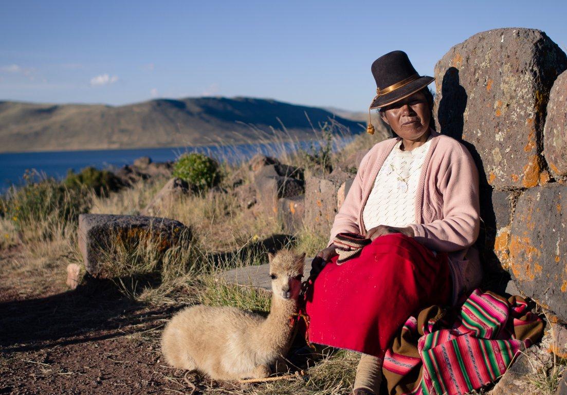 Péruviennes en tenue traditionnelle dans les ANDES