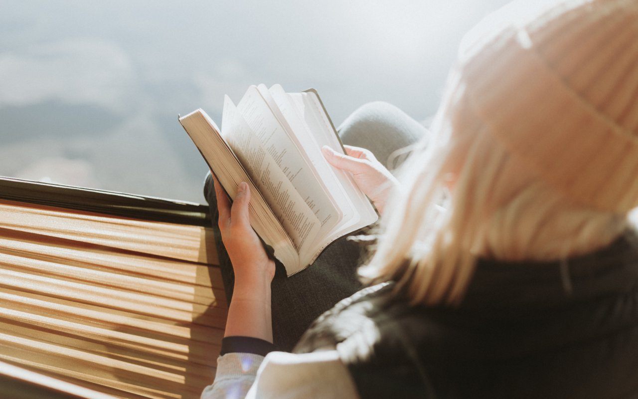 Jeune fille en train de lire un livre - lecture pérou voyage