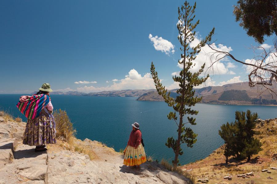 Femme au bord de lac titicaca