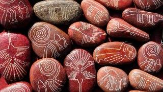 Pierres gravées des motifs des lignes de nazca