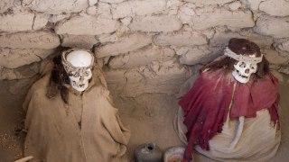 Momies de Chauchilla adossées à leur tombe